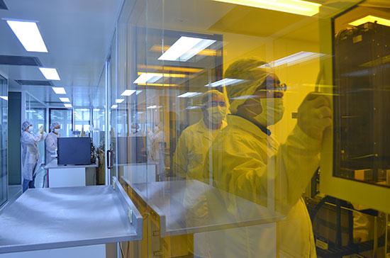 Investigadores del CIC trabajando en las salas limpias de clase 100, en el Centro de Nanociencias y Micro y Nanotecnologías del IPN, ver: http://www.nanocentro.ipn.mx